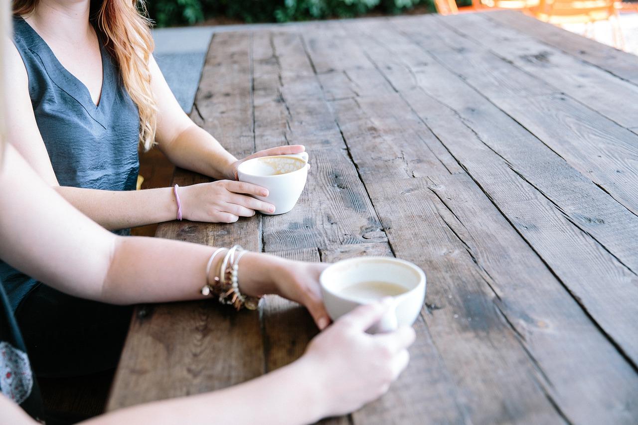 Две женщины общаются за чашкой кофе