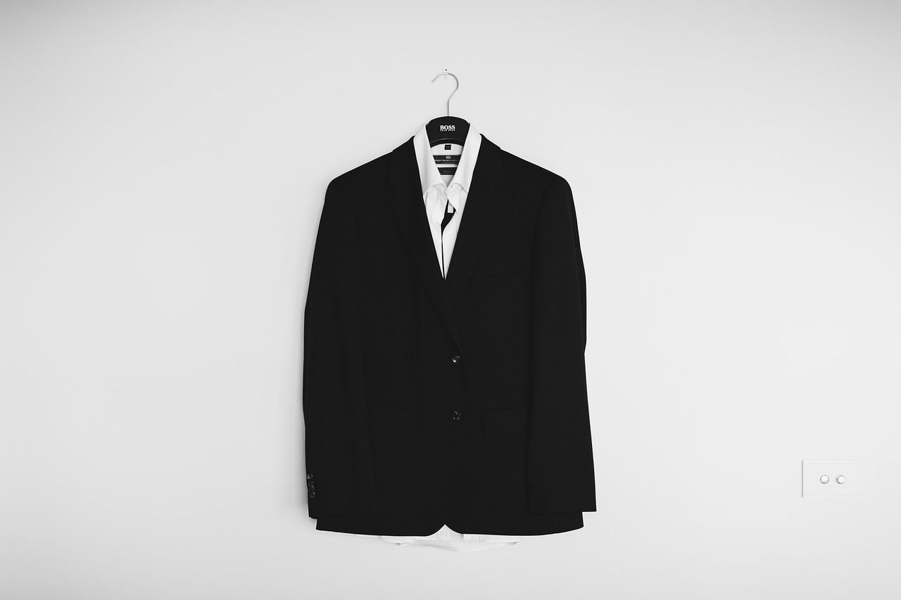 Белая рубашка, черный пиджак на плечиках