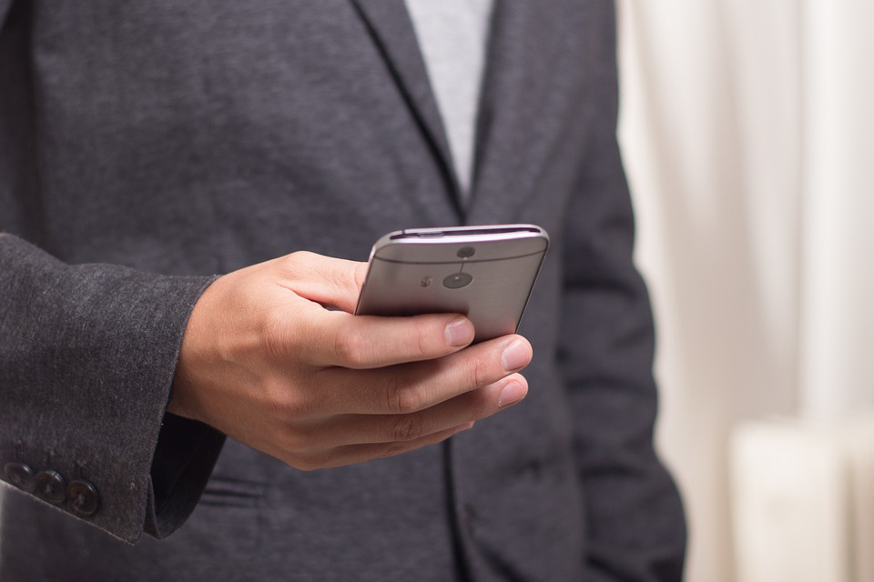 Мужчина держит в руках смартфон