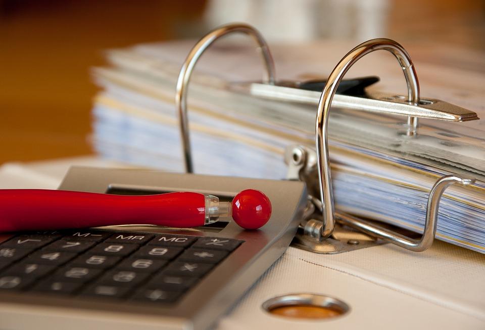 Стол, документы, калькулятор, ручка
