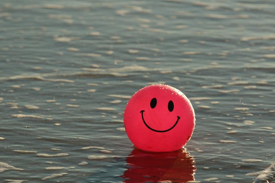 Мяч с нарисованным смайликом на воде