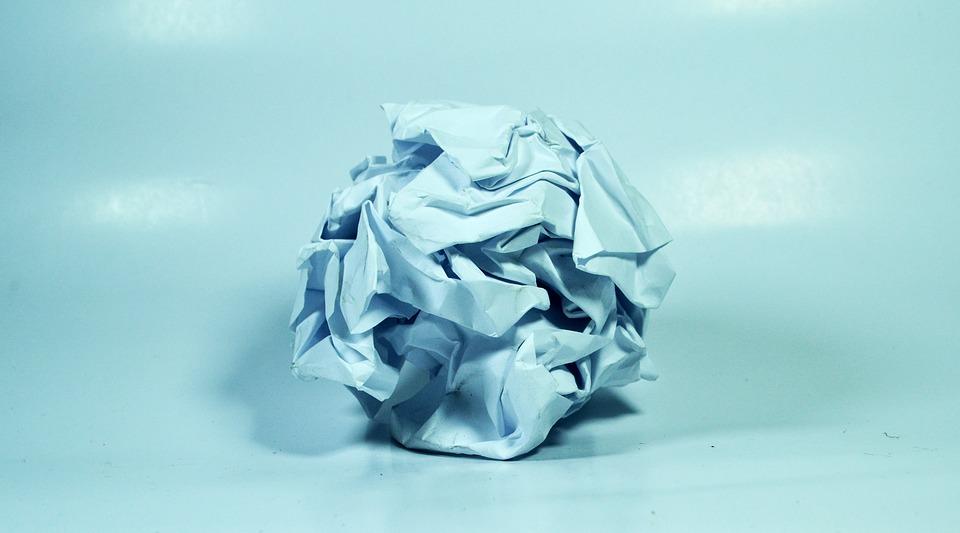 Скомканный лист бумаги на столе