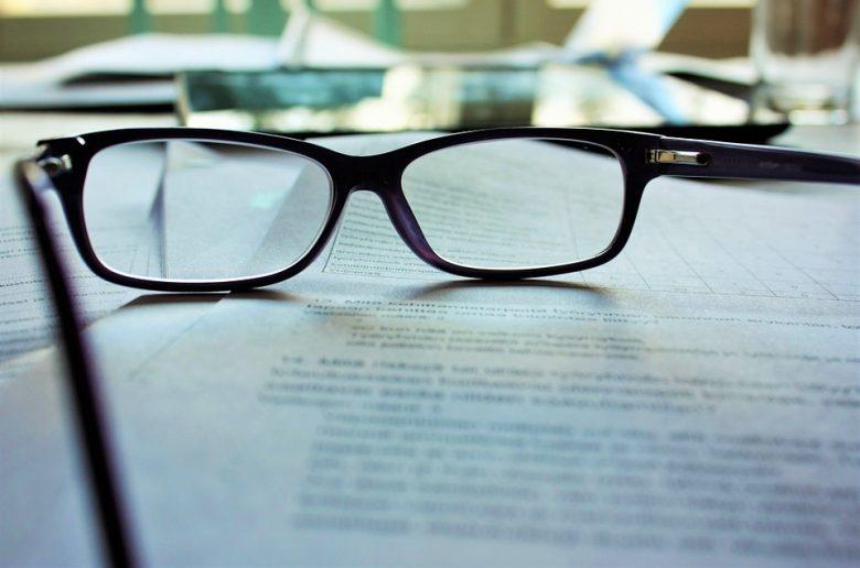Документы на столе, очки