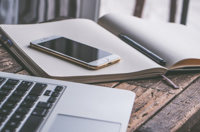 Смартфон и ноутбук на столе