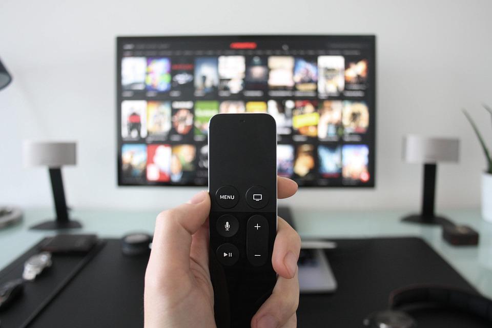 Пульт управления в руке, телевизор