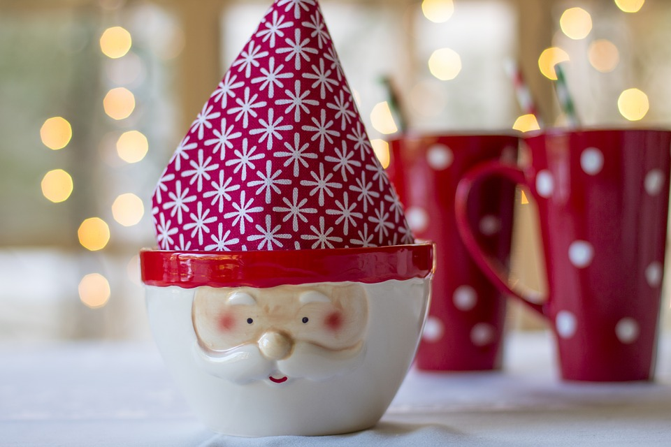 Фигурка Санта Клауса на столе