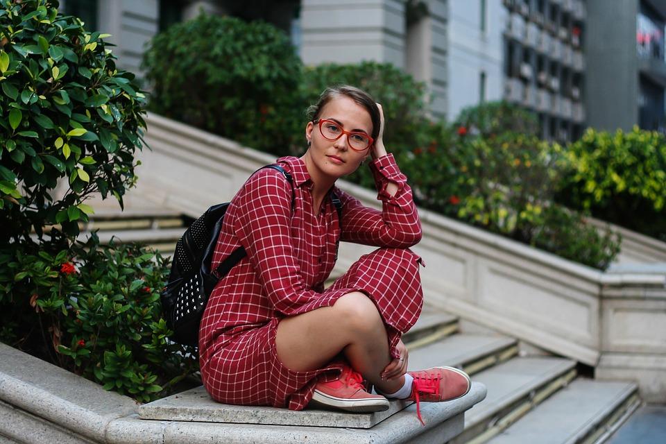 Девушка-туристка сидит на траве