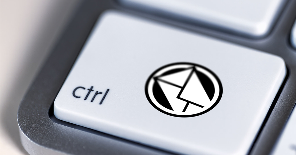 Клавиша Ctrl на клавиатуре и значок и-мейла