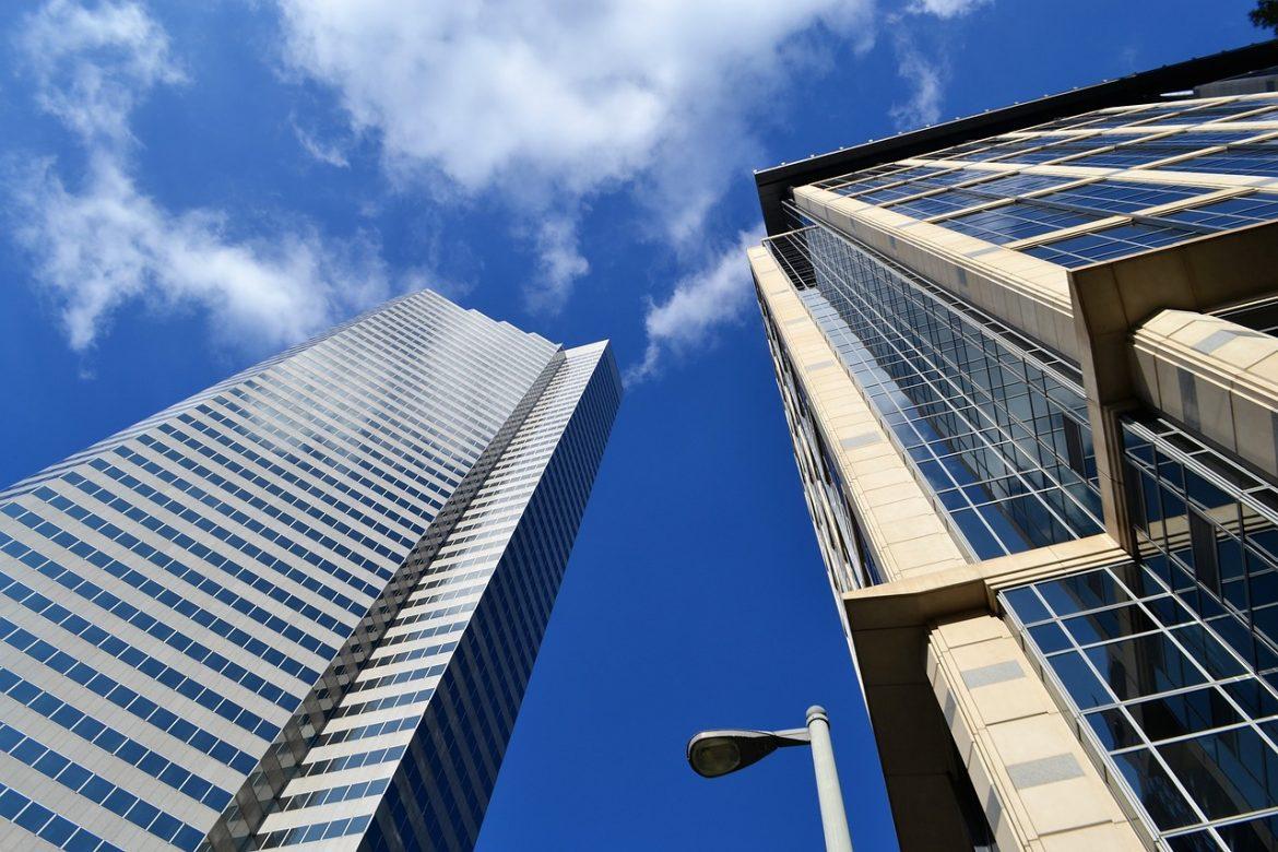 Взгляд на небоскребы - деловые центры снизу