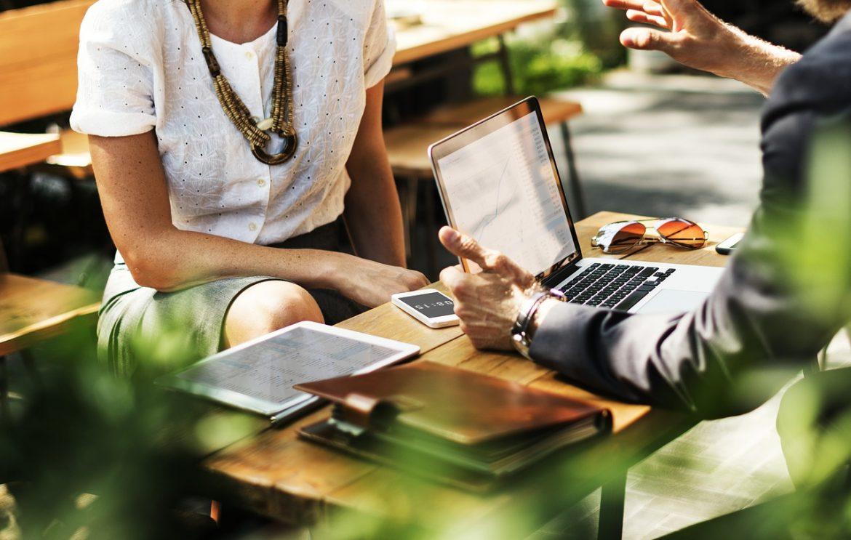 Мужчина и женщина за столом, у компьютера; работодатель и соискатель