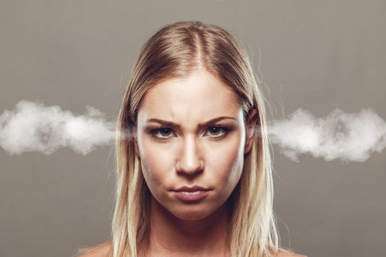 Сердитая девушка, у которой дым идет из ушей