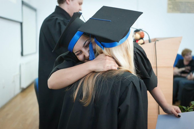 Выпускника вуза после дипломирования, радуются, обнимаются.