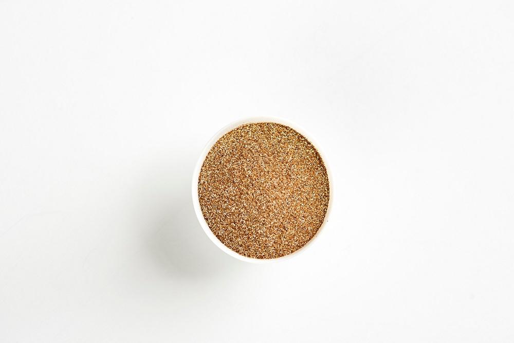 Миска с зернами посреди стола
