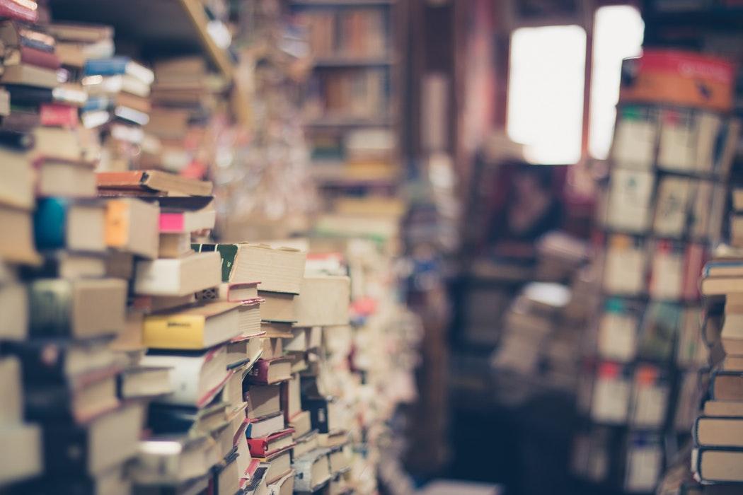 Много книг на полках