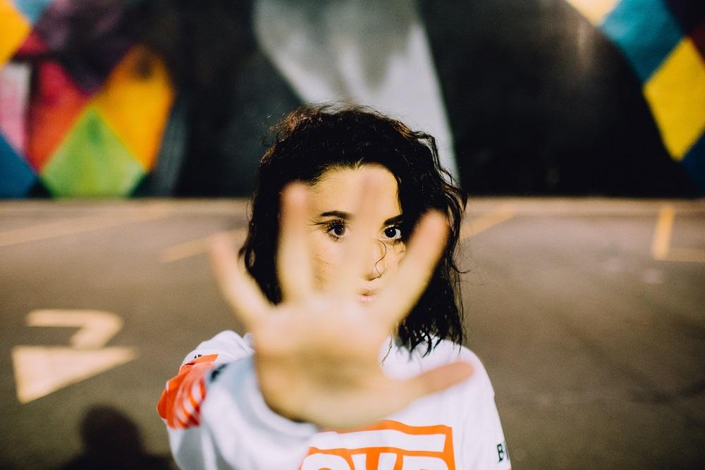 """Девушка жестом показывает """"нет"""""""