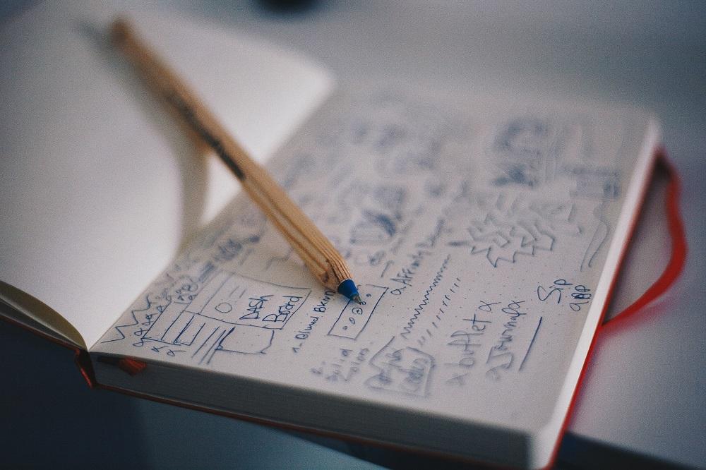 Блокнот с текстами, много помарок, карандаш