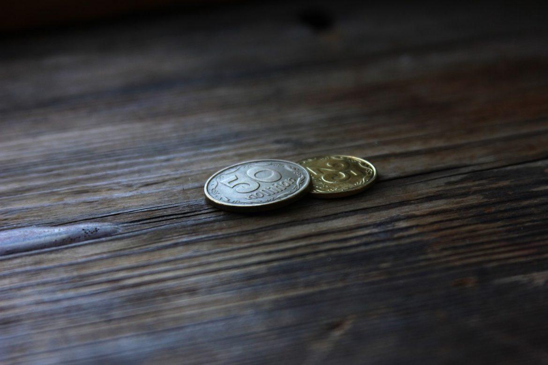 Две монеты - 50 и 25 коп. - на столе