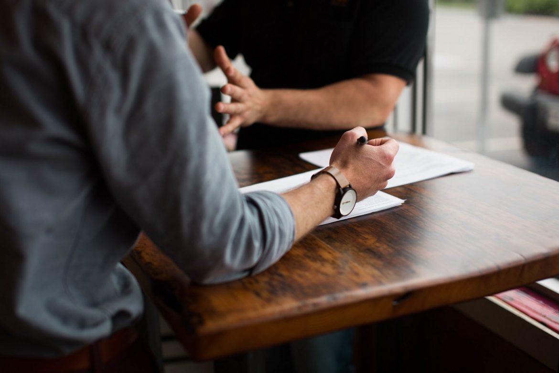 Офис, люди общаются, руки крупным планом