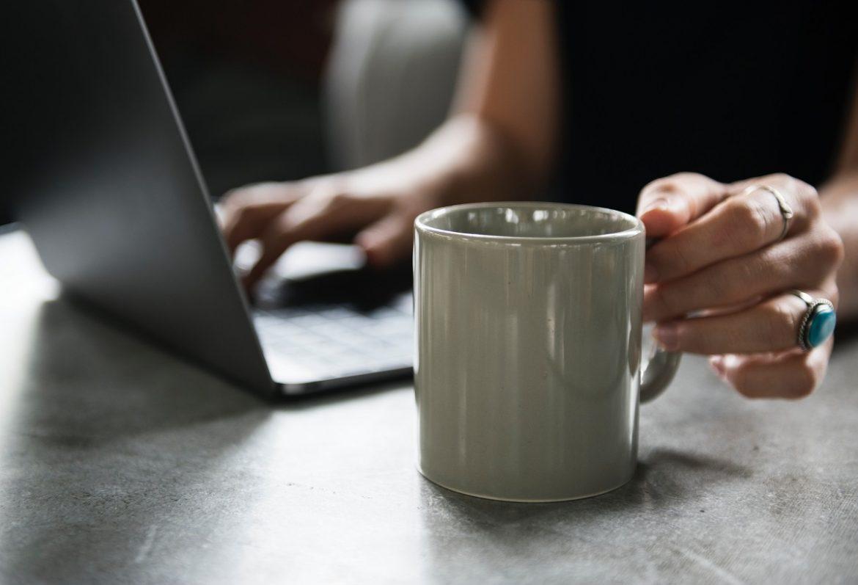 Женщина за компьютером, руки крупным планом