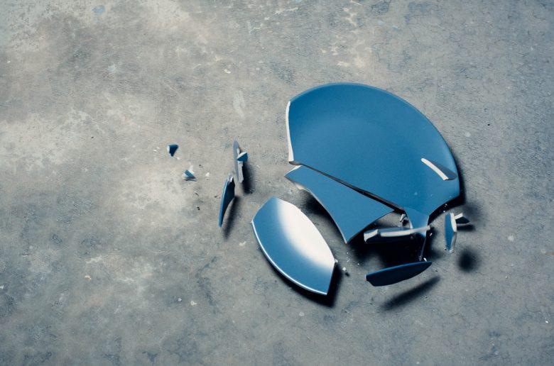Разбитая синяя тарелка на полу