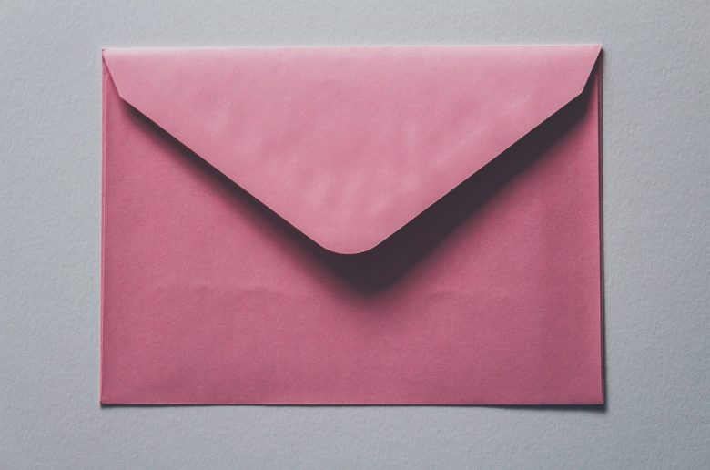 Розовый бумажный конверт крупным планом