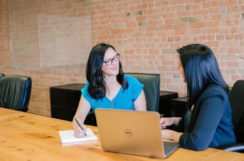Две женщины общаются в офисной обстановке