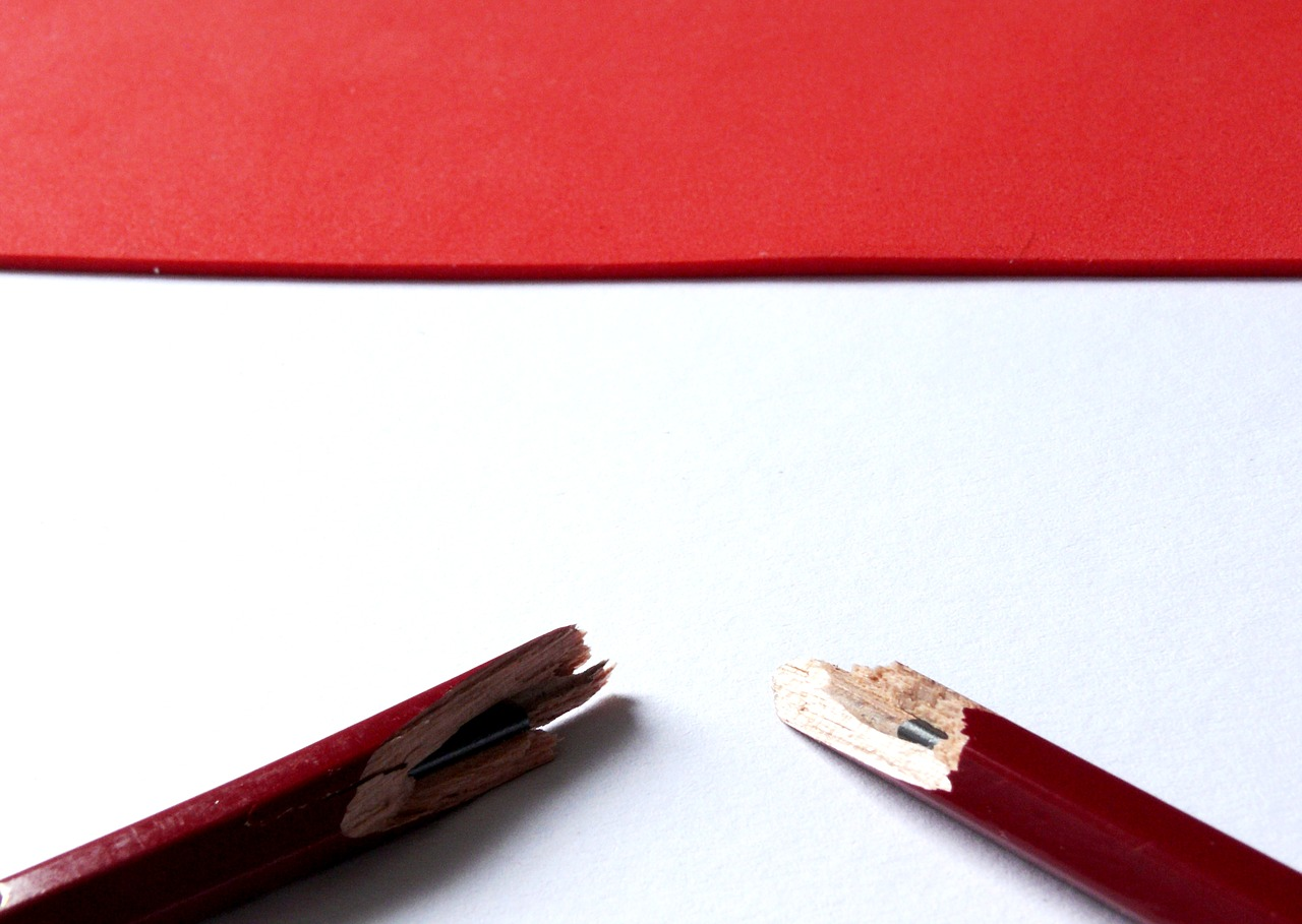 Разломанный пополам карандаш