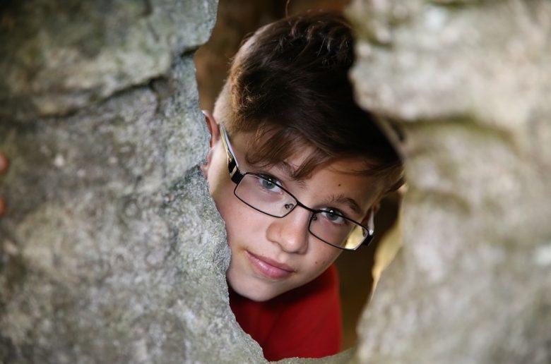 Мальчик-подросток в очках