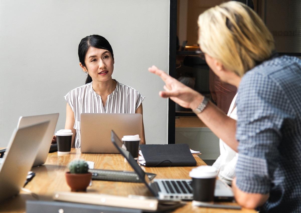 Мужчина и женщина в офисе активно разговаривают