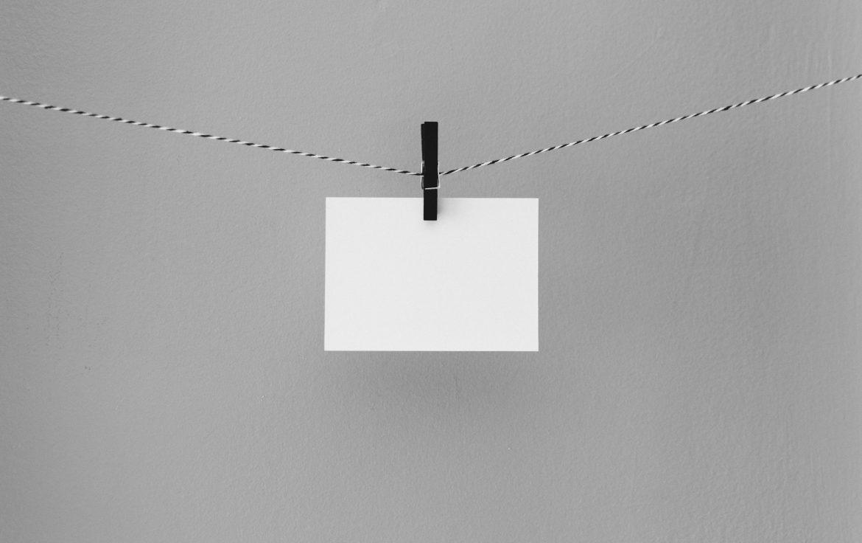 Белый конверт на веревочке, закрепленный прищепкой