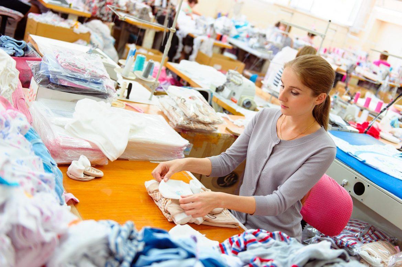 Девушка в швейной мастерской, на производстве
