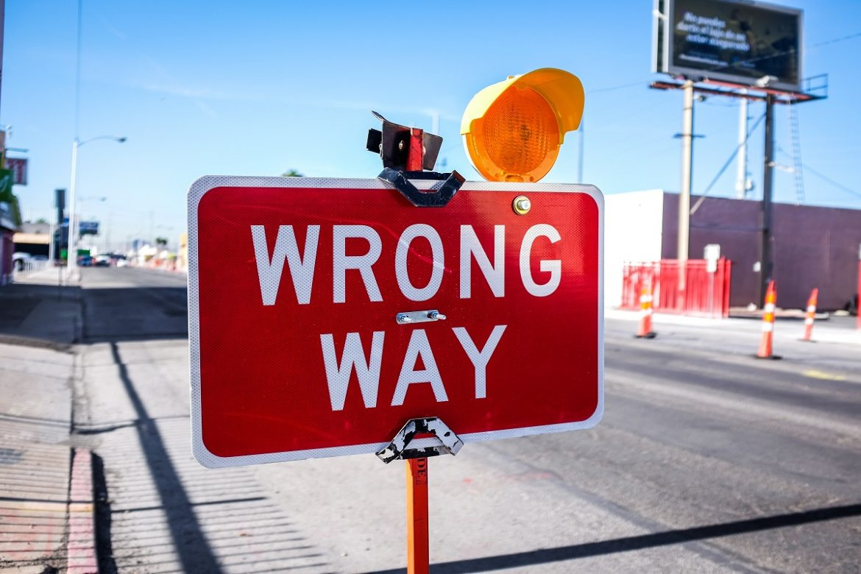 Указатель на дороге с надписью Wrong Way