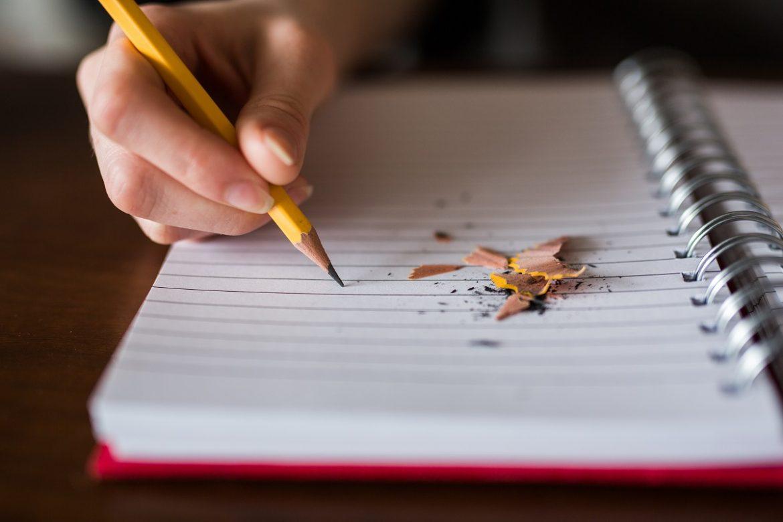 Кто-то пишет в блокноте карандашом