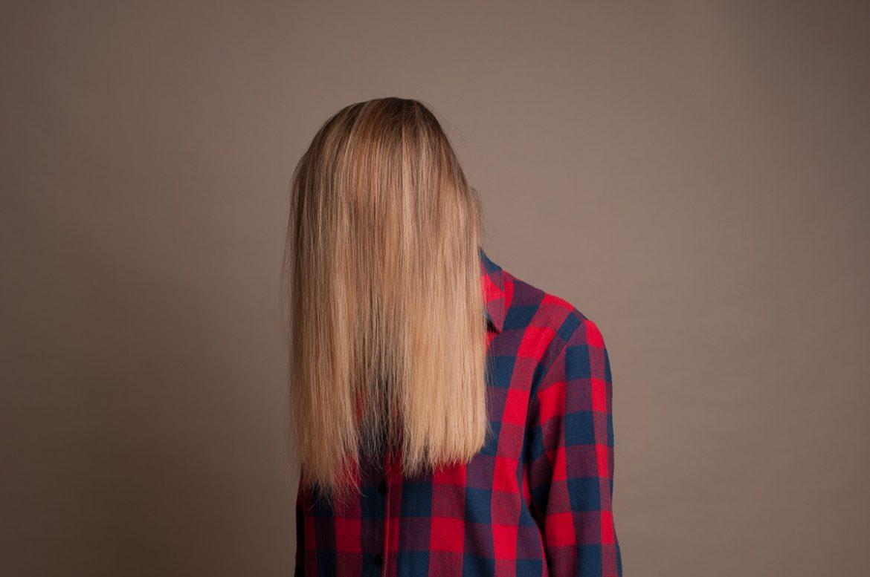 Девушка, лицо закрыто длинными светлыми волосами